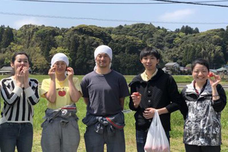 社員みんなで食材探しに日本各地を巡りました!<br /> 皆でタケノコ掘りのお手伝いに!ここのタケノコは生で食べることが出来るくらい新鮮!もちろんお店のメニューでも大人気でした!