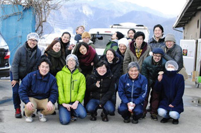 社員みんなで食材探しに日本各地を巡りました!<br /> 長野県中野市のたけうちきのこ園さん。<br /> ここで作ってらっしゃる「バイリング」というまるでアワビの様な食感のキノコは絶品!<br /> 生産者さんとの連携や信頼関係を大切にしています!